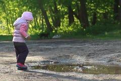 Ciottoli di lancio della ragazza del bambino in età prescolare in estate della sporcizia Fotografie Stock Libere da Diritti