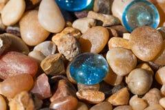 Ciottoli di vetro con le rocce Immagini Stock Libere da Diritti