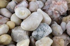 Ciottoli e fine di pietra del mucchio del quarzo su Fotografia Stock