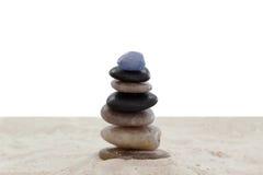 Ciottoli equilibrati sulla sabbia Fotografia Stock