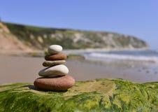 Ciottoli equilibrati sulla spiaggia Fotografia Stock