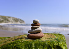 Ciottoli equilibrati sulla spiaggia Immagini Stock