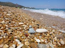 Ciottoli misti con la sabbia di bella spiaggia di Skala, isola di Kefalonia, mare ionico, Grecia fotografie stock libere da diritti
