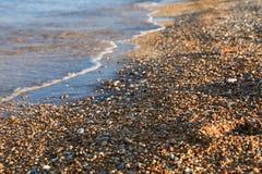 Ciottoli misti con la sabbia di bella spiaggia di Skala, isola di Kefalonia, mare ionico, Grecia immagine stock