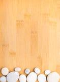 Ciottoli   su fondo di bambù Immagini Stock