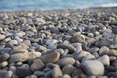 Ciottoli sulla spiaggia del mar Mediterraneo fotografie stock