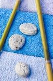 Ciottoli, tovagliolo e bambù Fotografia Stock