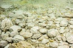 Ciottoli in un lago Fotografie Stock Libere da Diritti