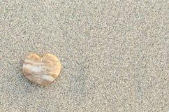 Ciottolo a forma di del cuore sulla spiaggia Fotografie Stock