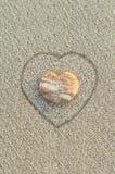 Ciottolo a forma di del cuore sulla spiaggia Fotografie Stock Libere da Diritti