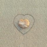Ciottolo a forma di del cuore sulla spiaggia Immagine Stock