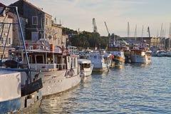 Ciovo,旅游的克罗地亚和渔夫小船停泊了在码头 库存照片