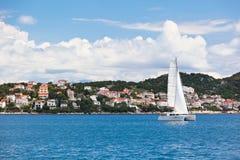 Ciovo ö, Trogir område, Kroatiensikt från havet Arkivfoto