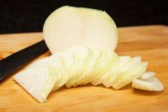 Cipolla bianca affettata sul tagliere Fotografia Stock