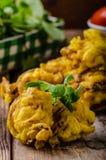Cipolla croccante Bhaji immagini stock