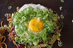 Cipolla di inverno ed uovo Okonomiyaki Fotografie Stock