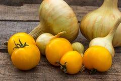 Cipolla dorata e pomodori gialli ecologici Fotografia Stock Libera da Diritti
