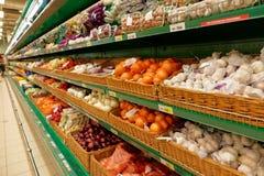 Cipolla ed aglio sullo scaffale del supermercato, nessun marchi di fabbrica Fotografia Stock