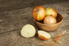 Cipolla fresca su una vecchia tavola di legno donna di vettore della preparazione della cucina dell'illustrazione dell'alimento A Fotografia Stock Libera da Diritti
