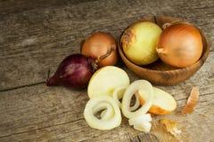 Cipolla fresca su una vecchia tavola di legno donna di vettore della preparazione della cucina dell'illustrazione dell'alimento A Immagini Stock