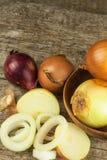 Cipolla fresca su una vecchia tavola di legno donna di vettore della preparazione della cucina dell'illustrazione dell'alimento A Immagini Stock Libere da Diritti
