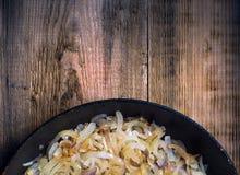 Cipolla fritta in una padella Fotografia Stock