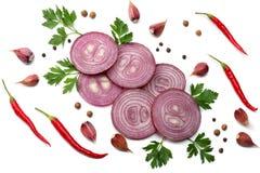 cipolla rossa affettata con prezzemolo, aglio e le spezie isolati sulla vista superiore del fondo bianco fotografie stock