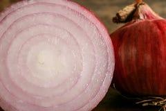Cipolla rossa fresca su fondo di legno Fotografie Stock