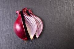 Cipolla rossa isolata su fondo nero Immagini Stock