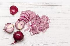 Cipolla rossa su una vista superiore del fondo bianco Fotografia Stock
