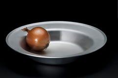 Cipolla sul piatto sul nero Fotografia Stock Libera da Diritti