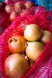 Cipolle in borsa rossa Immagine Stock