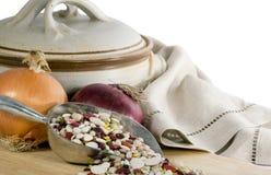 Cipolle delle lenticchie & POT del gres fotografia stock