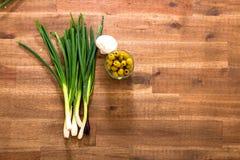 Cipolle di inverno ed olive Fotografia Stock