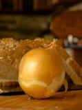 Cipolle e cereali pianificabili su un di legno Fotografie Stock