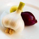 Cipolle nostrane su un piatto bianco Immagine Stock