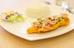 Cipolle, peperoncini rossi, erbe sui pesci fritti. Immagini Stock Libere da Diritti