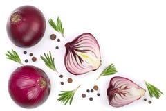 Cipolle rosse con i rosmarini ed i granelli di pepe su fondo bianco con lo spazio della copia per il vostro testo Vista superiore Fotografia Stock