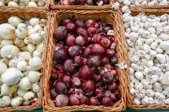Cipolle rosse e bianche nell'abbondanza su esposizione all'agricoltore locale Fotografia Stock