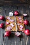 Cipolle rosse e coltello Fotografia Stock Libera da Diritti