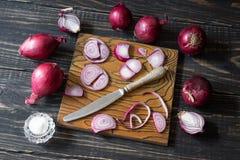 Cipolle rosse e coltello Fotografie Stock Libere da Diritti