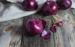 Cipolle rosse nella buccia Immagini Stock