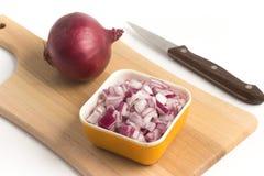 Cipolle rosse tagliate Cipolle in cubi sopra un bordo di legno Fotografie Stock