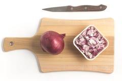 Cipolle rosse tagliate Cipolle in cubi sopra un bordo di legno Fotografia Stock