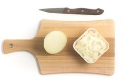 Cipolle tagliate Cipolle in cubi sopra un bordo di legno Fotografie Stock Libere da Diritti