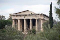 Cipresboom naast geruïneerde Tempel van Hephaistos Stock Foto's