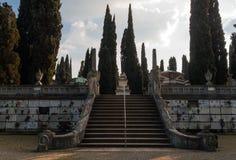 Cipresweg in het begraafplaatsmonument Piratello Royalty-vrije Stock Foto