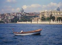 Ciragan-Palast, Istanbul von der Bosphorus-Straße lizenzfreie stockbilder