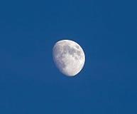 Cirage de la lune gibbbeuse en ciel bleu Photo libre de droits