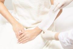 Cirage du corps de femme Épilation de sucre epilation de service de laser Procédure d'esthéticien de cire de salon photos stock
